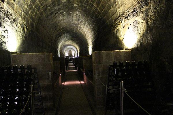 Espumantes descansam no túnel cave