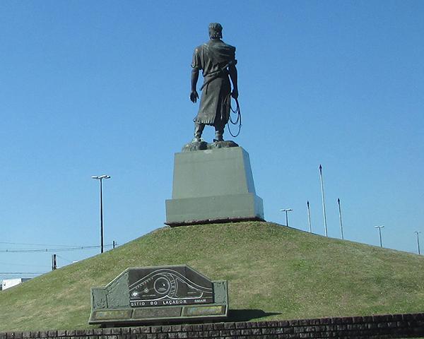 Estátua do Laçador, emblema gaúcho na capital (Foto Panorama do Turismo)