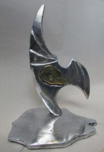 O prêmio foi materializado em bela escultura do artista Luiz Gacliastri (Foto Divulgação)