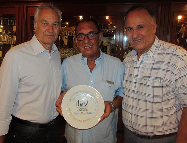 Júlio Cézar, Fatuch, com o prato da Confraria Panorama, e Jacob (Foto Franklin de Freitas)