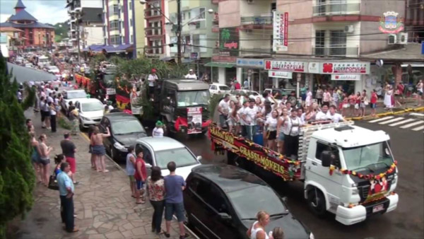 Desfile festivo nas ruas de Piratuba (foto: Cristiano Mortari)