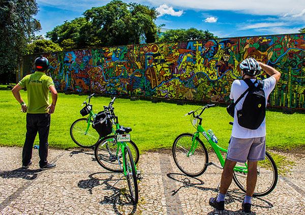 Turista fotografa o painel Rio Iguaçu, do pintor Rogério Dias (Foto Otávio Baccaro Rodrigues)