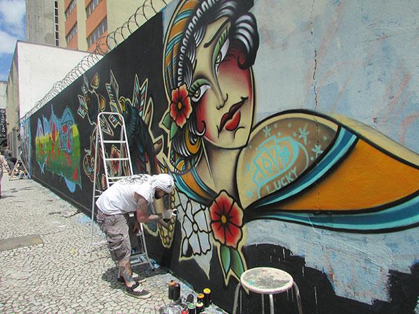 Grafiteiro em ação (Foto Panorama do Turismo)