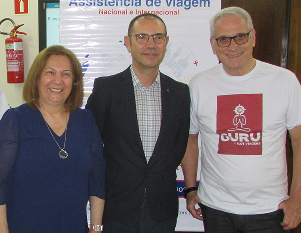 Anfitriões do encontro, Terezinha Ferreira (Flot Curitiba), Manuel e Abel (Foto Panorama do Turismo)