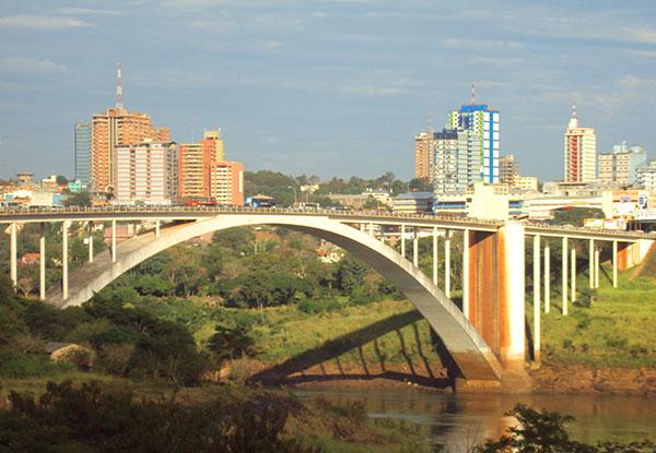 Do outro lado da Ponte da Amizade tem inclusive comércio de luxo (Foto Panorama do Turismo)