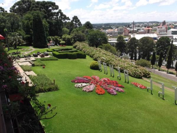 Jardins do Hotel Renar e cidade de Fraiburgo - SC (Foto: Nelci Seibel)