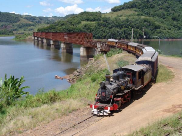A Maria Fumaça atravessando a ponte construída em 1913 sobre o Rio Uruguai, ligando Santa Catarina e Rio Grande do Sul