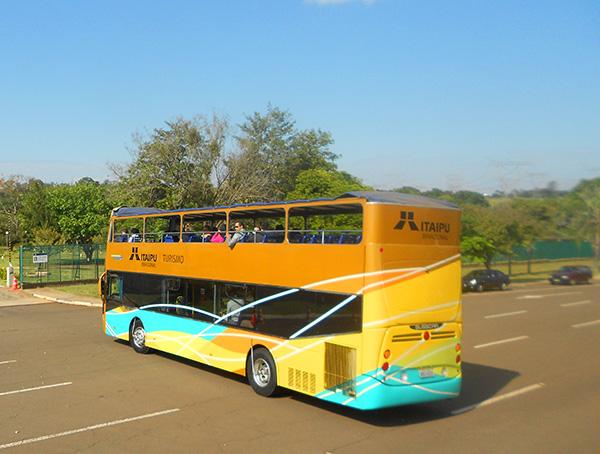 Confortáveis ônibus levam os turistas pela usina (Foto Panorama do Turismo)