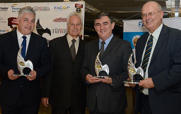 Douglas, Marcos Cordiolli (representando Gagliastri) e Bernardi, receberam o troféu Homenagem Especial das mãos do Jornalista Júlio Cézar Rodrigues