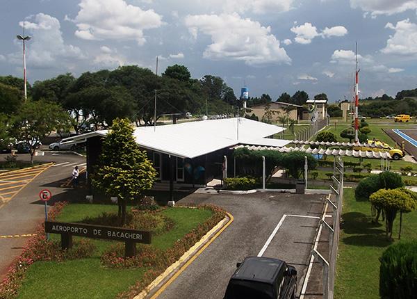 Em primeiro plano, a estação de embarque e desembarque (Fotos Divulgação | Infraero)