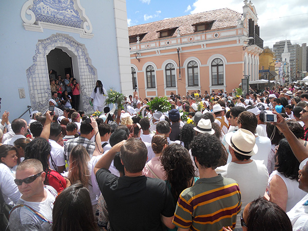 Igreja do Rosário, com cena de sincretismo religioso, com a lavagem de suas escadas (Fotos Panorama do Turismo)
