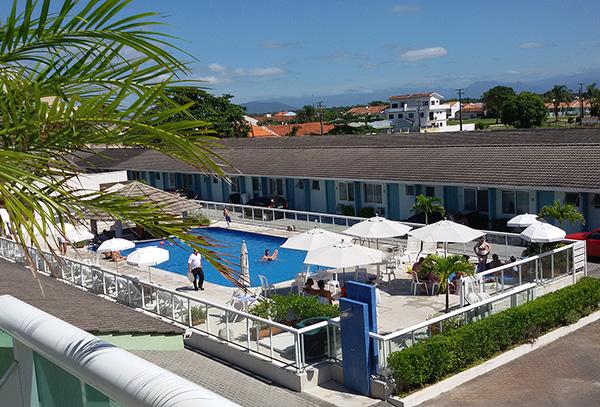 Vista parcial da piscina do hotel (Foto Divulgação)