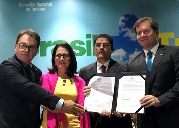 Na assinatura do acordo, Vinícius, Heloísa, Vinicius e Marx (Foto Divulgação | Embratur)