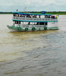Barco com turistas, no encontro das águas