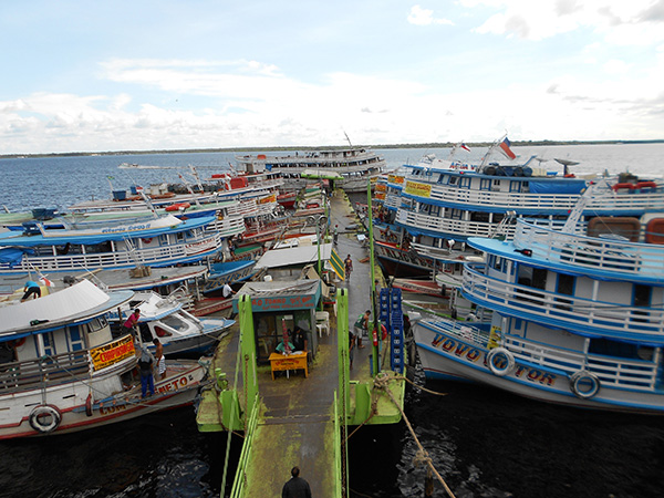 No porto, embarcações movimentam a economia local e levam e trazem gentes de todas as partes
