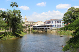 Rio Nhundiaquara, cartão postal de Morretes (Foto Panorama do Turismo)