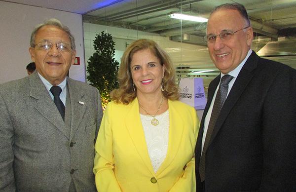 Jilcy Rink, entre Walter Xavier, da Fecomércio-PR, e Jacob Mehl