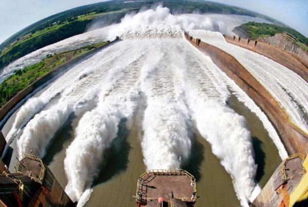 Coluna Volta ao Mundo por Nelci Seibel: Imagens impressionantes da Hidrelétrica Binacional (Brasil – Paraguai) com as comportas abertas