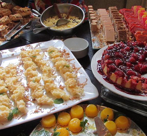Mesa de doces do restaurante do Mabu Hotel (Foto Panorama do Turismo)