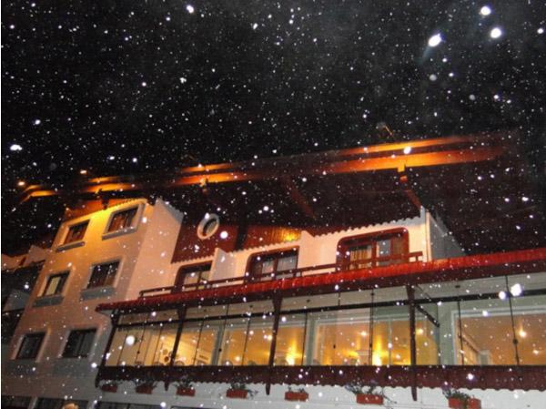 Coluna Volta ao Mundo por Nelci Seibel: Hotel Renar com neve remete ao inverno europeu