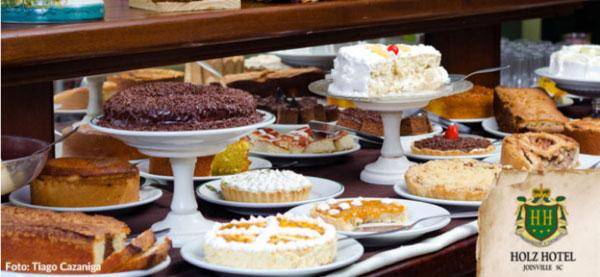 Coluna Volta ao Mundo por Nelci Seibel: Café Colonial do Holz Hotel, bolos e tortas de dar água na boca